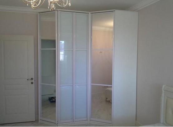 Белый угловой шкаф с зеркалом