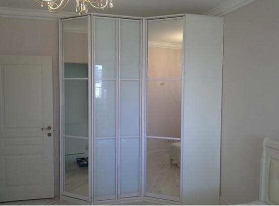 Угловой встроенный шкаф в спальню